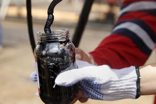 Цены нанефть понижаются вначале рабочей недели после роста впятницу