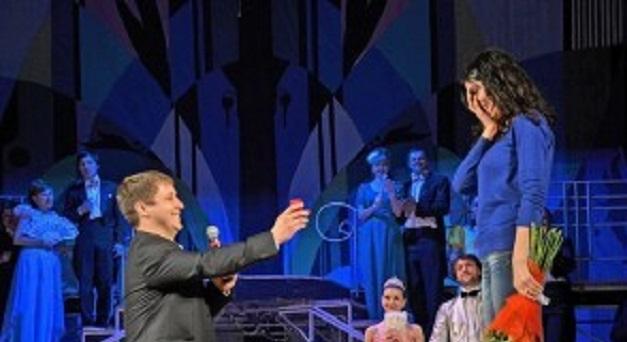 Карагандинец признался своей девушке в любви со сцены театра