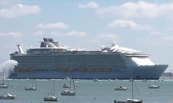 Самый большой в мире круизный лайнер вышел в плавание