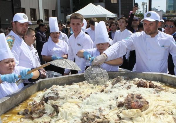 Самый большой в мире бешбармак приготовили в Астане
