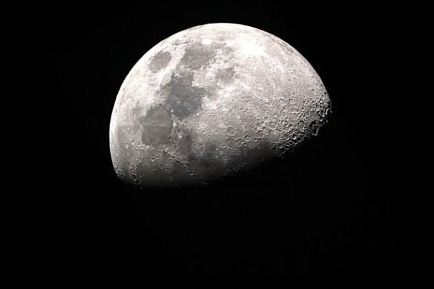 Космический аппарат впервые сел на темной стороне Луны
