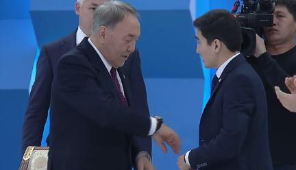 Молодой бизнесмен подарил часы Нурсултану Назарбаеву