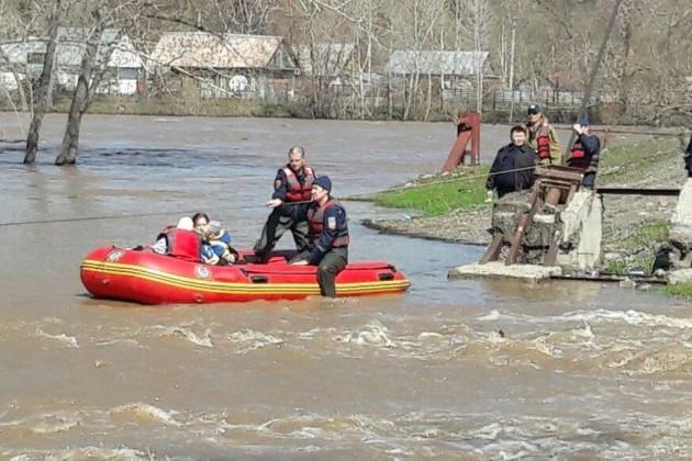 Спасатели эвакуируют жителей села Новая Ульба вВКО