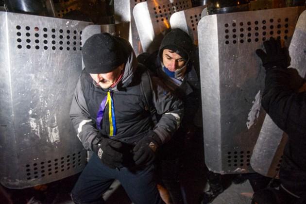 Майдан расчищают от протестующих и баррикад