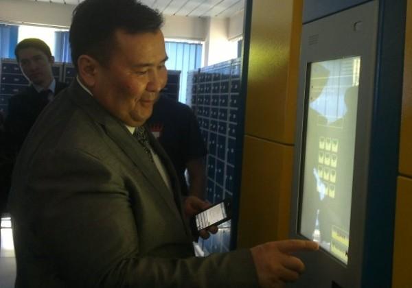 В Алматы появился первый постамат для выдачи посылок