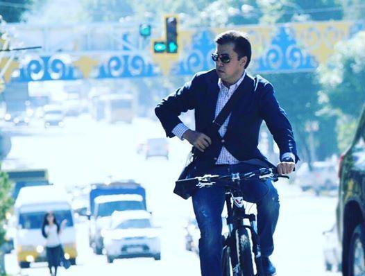 Аким Шымкента приехал на работу на велосипеде