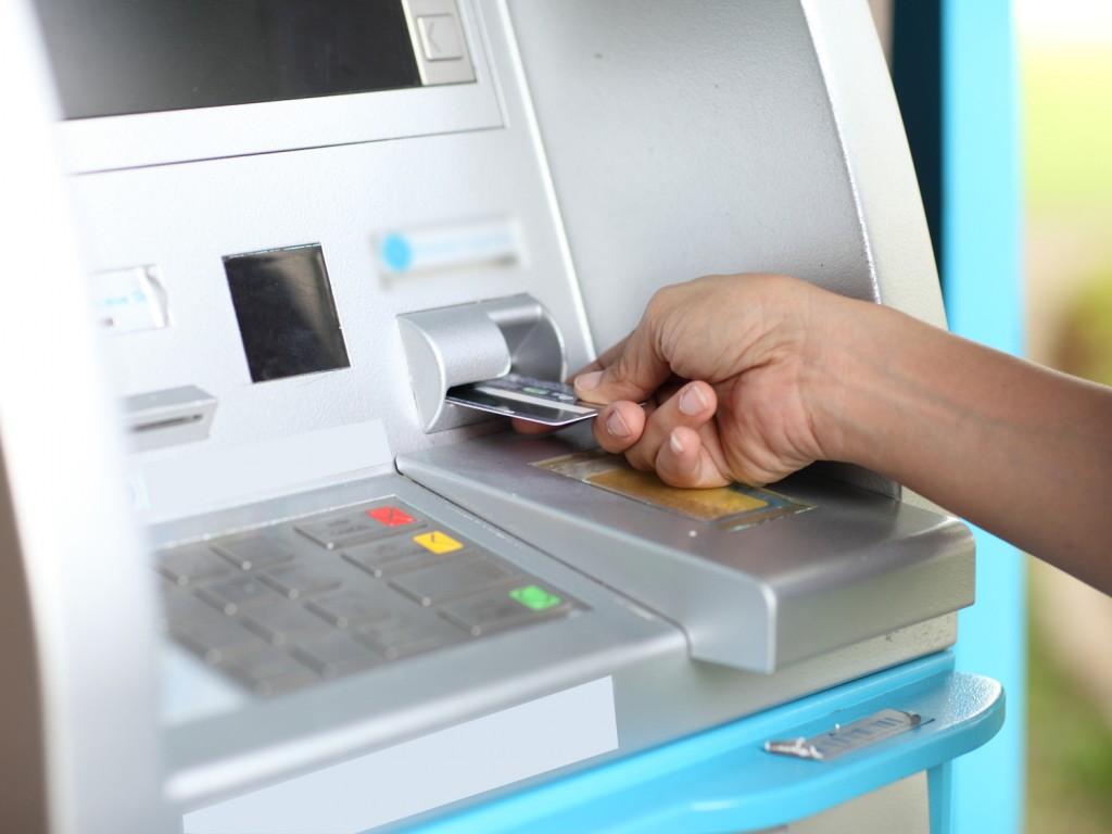 Более триллиона тенге ежемесячно обналичивают казахстанцы с платежных карт