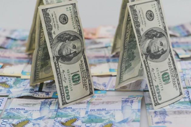 На утренних торгах тенге к доллару укрепился до 334