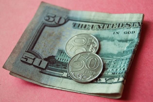 Максимальный курс вобменниках— 389,7 тенге за доллар