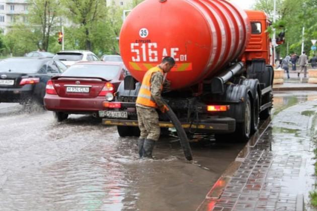 Коммунальщики Астаны откачали около 10 тыс кубометров воды