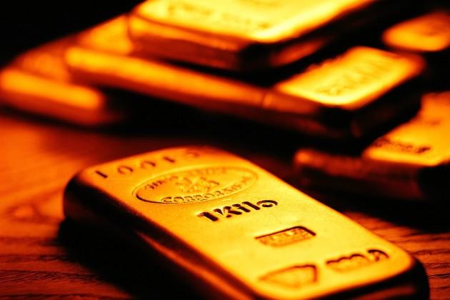 Золото дешевеет на мировых рынках