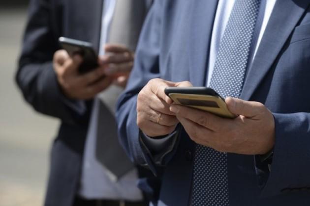 Президент: Надо научить казахстанцев пользоваться смартфонами как следует
