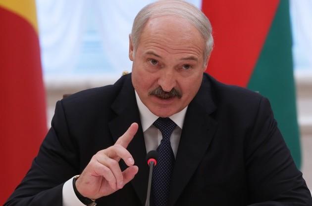 Александр Лукашенко потребовал повысить пенсии и зарплаты