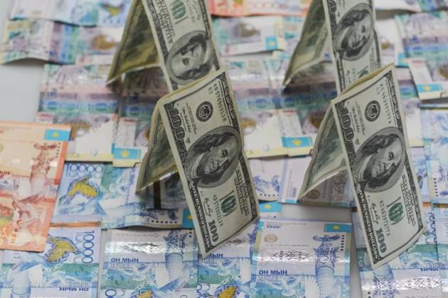 Доллар начал теснить тенге