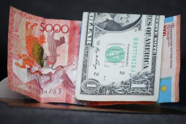 Казахстанцы купили долларов почти натриллион тенге
