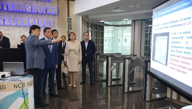 Аскар Мамин посетил Национальный центр биотехнологии
