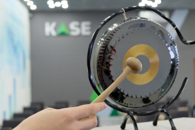 Двойной листинг на KASE и AIX приводит к потере ликвидности
