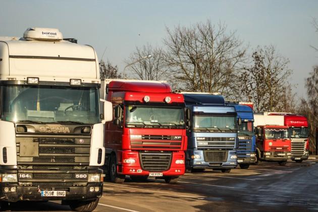 На границе Кыргызстана и Казахстана скопилось более ста грузовиков