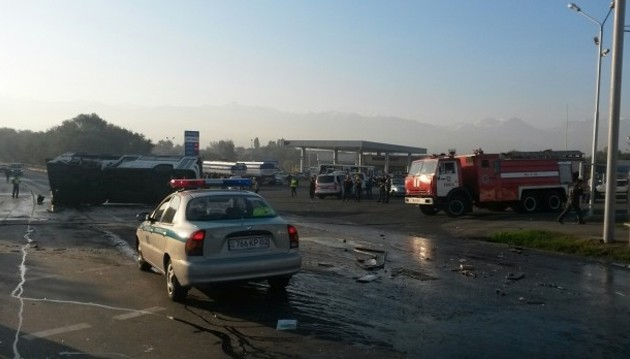 В Алматы столкнулись автобус и бензовоз