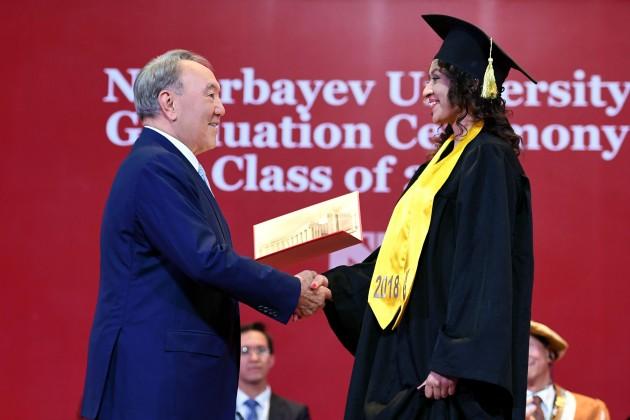 Президент вручил дипломы выпускникам Назарбаев Университета