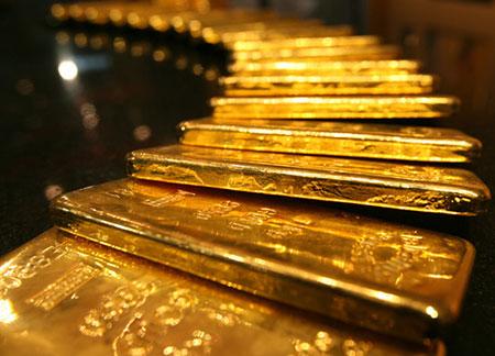 Золото снизилось в цене до месячных минимумов