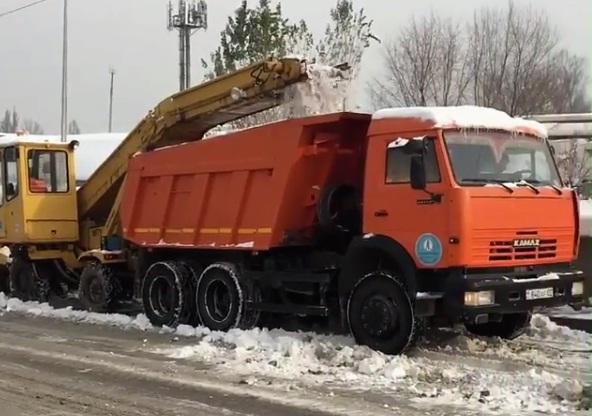 Две тысячи вагонов снега вывезли изАлматы