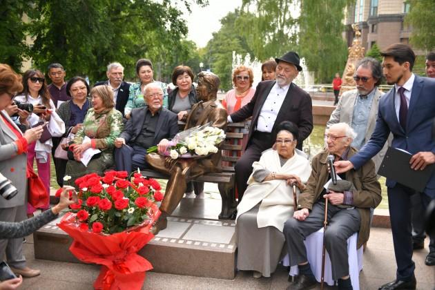 В Алматы установили скульптуру Шакена Айманова