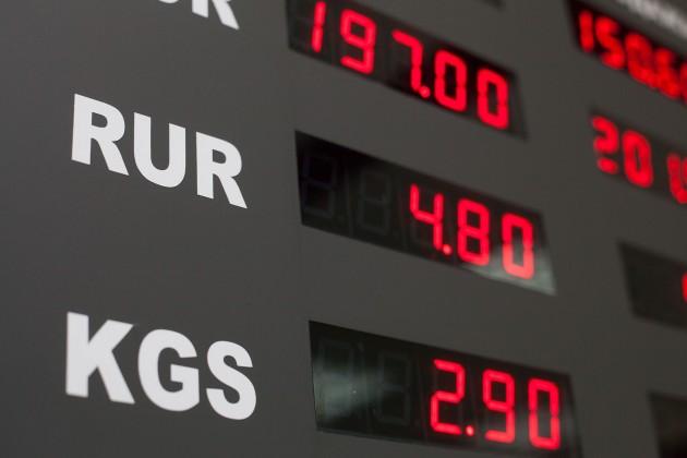 Четыре банка РК приостановили обменные операции