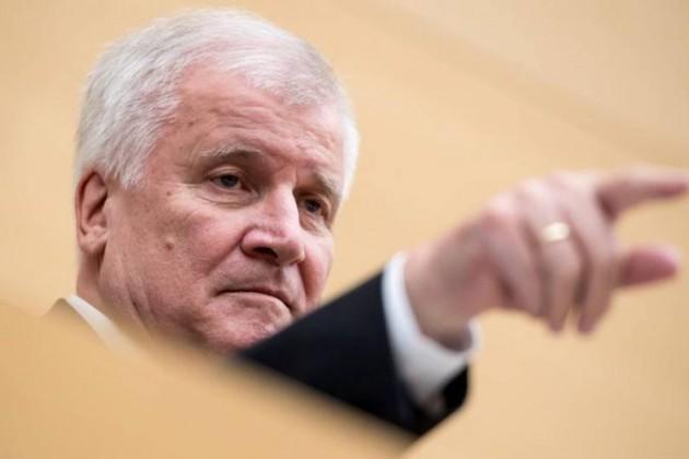 Глава МВД ФРГ намерен заменить пособия для беженцев