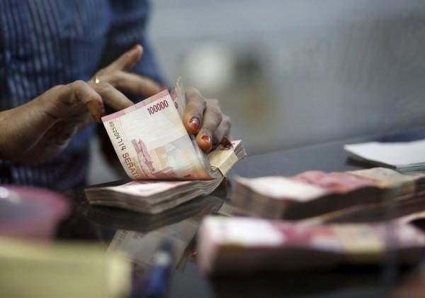 Индонезия ввела запрет на расчеты в долларах