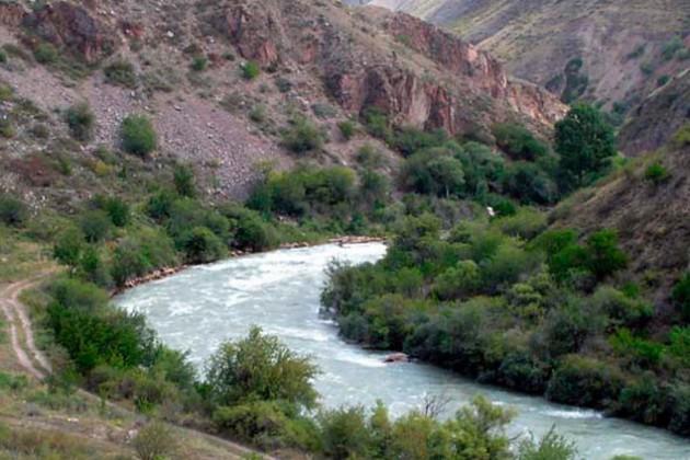 Кыргызстан ограничил подачу воды в РК