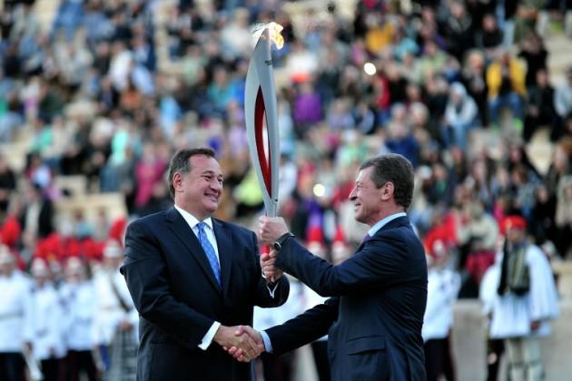 Олимпийский огонь передан России