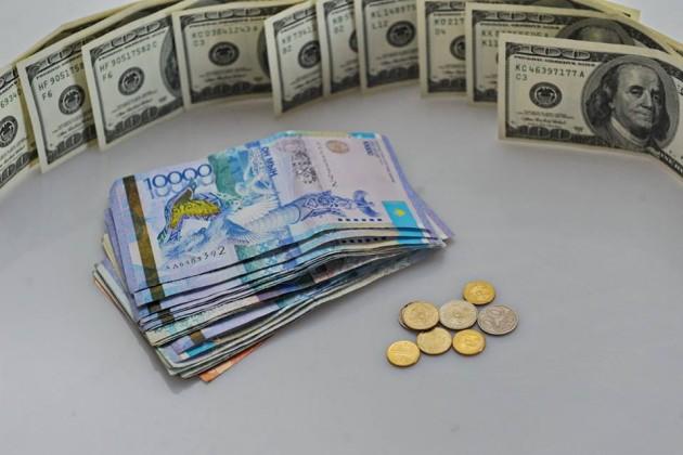 Тенге продолжает дешеветь к доллару