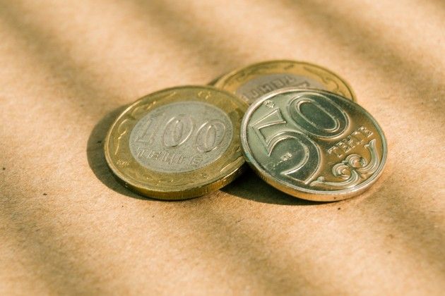 Нацвалюта к доллару подешевела почти на 2 тенге