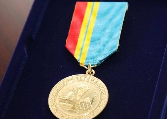 Нурсултану Назарбаеву вручили медаль «20лет Астане»