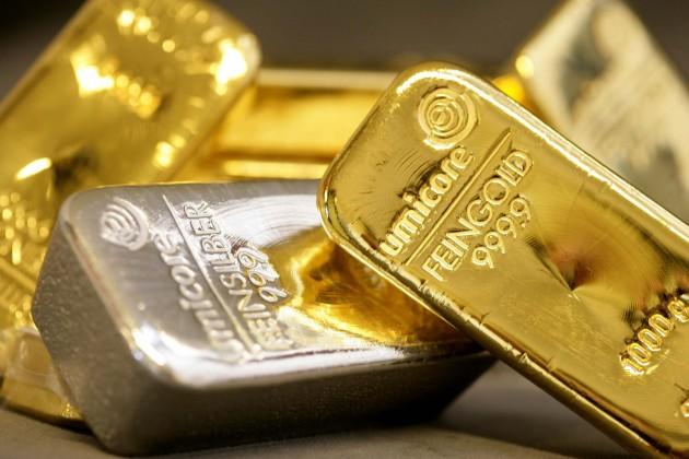 Золото подешевело на мировых рынках