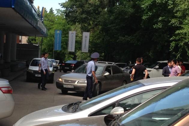 Полиция эвакуирует сотрудников Жилстройсбербанка вАлматы