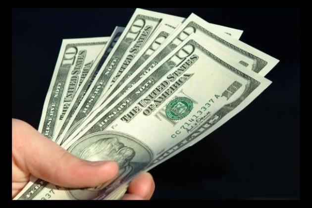 Казахстанцы покупают долларов больше, чем продают