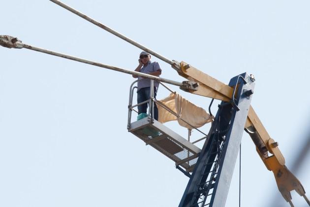 В знак протеста строитель взобрался на кран