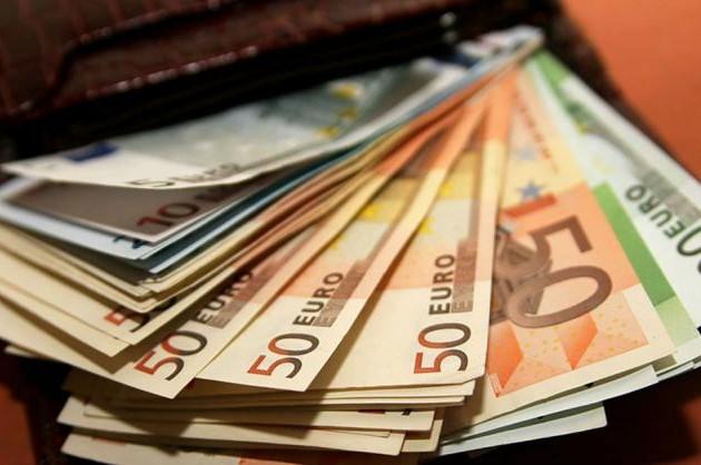 ЕСусиливает контроль задвижением наличных денег
