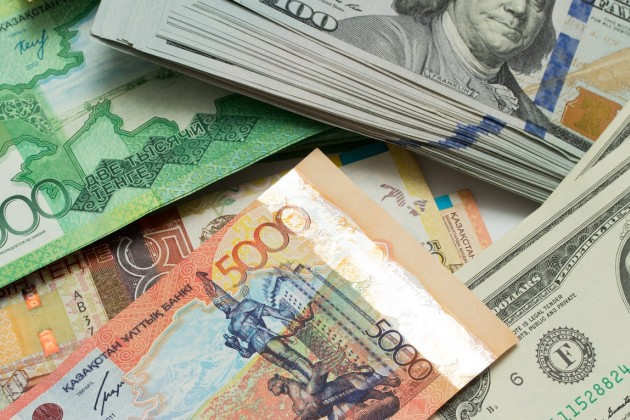 Доллар торгуется возле отметки в 338 тенге
