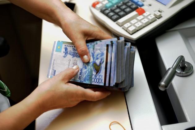 Тенге незначительно укрепился кдоллару