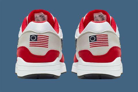 Nike прекратил продажу кроссовок с первым флагом США