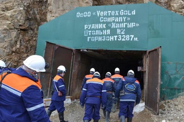 В Кыргызстане жители захватили технику частной компании