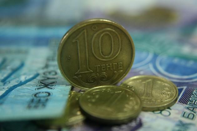Доллар торгуется на бирже по 384,01 тенге