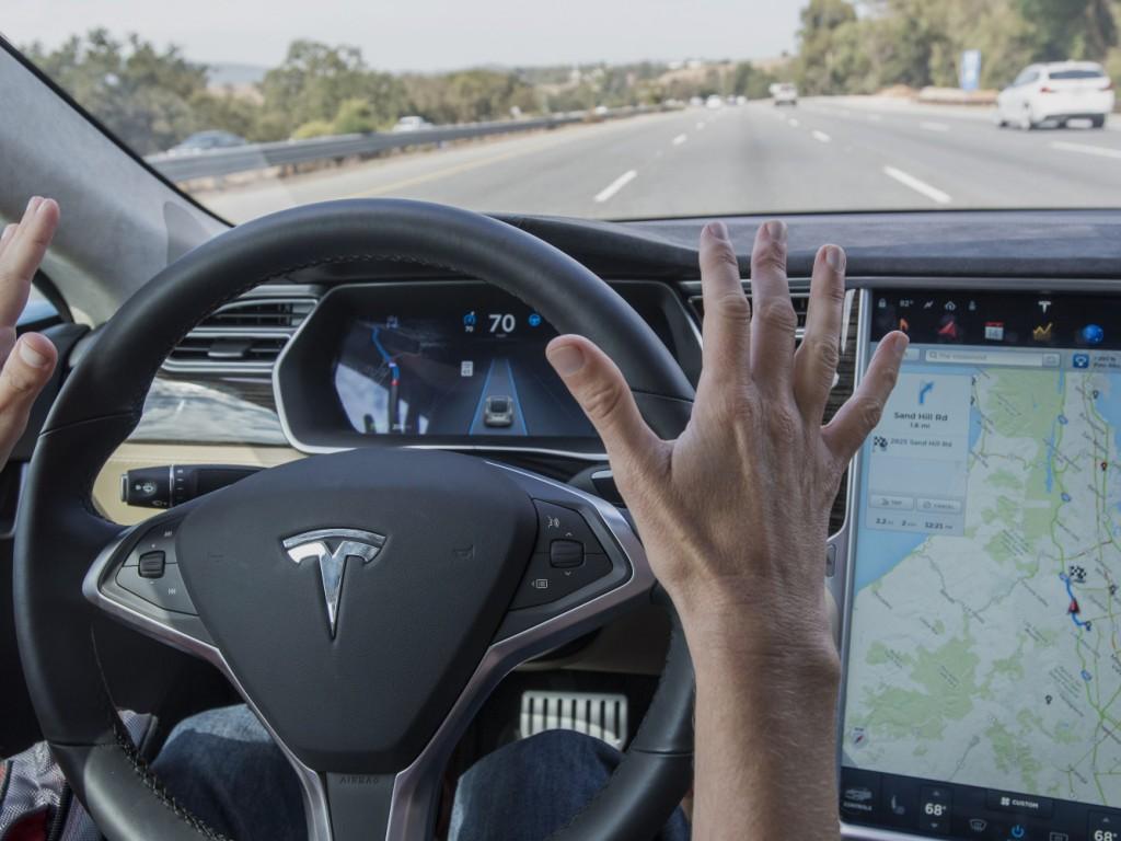 Tesla представит обновление для автопилота