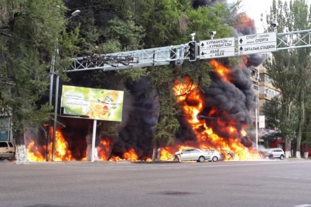 Взрыв бензовоза в Алматы уничтожил 12 автомобилей