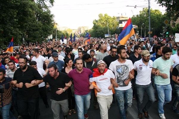 На акцию протеста в Ереване вышли пять тысяч человек