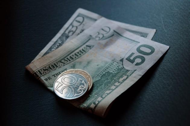 Тенге немного укрепился к доллару