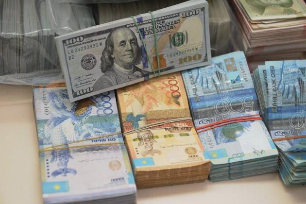 Доллар нацелился наотметку 327тенге